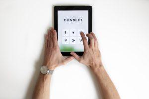 tablettes avec des icônes de réseaux sociaux