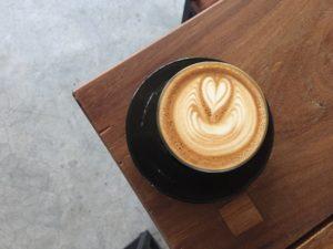 Café crème qui dessine un coeur
