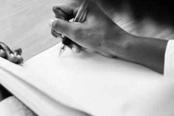un homme écrit